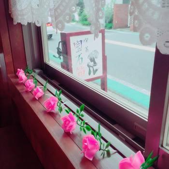 このピンクの薔薇のインテリアもどこか昭和レトロな雰囲気を漂わせていますよね。シンプルだけど、とても可愛い装飾です。