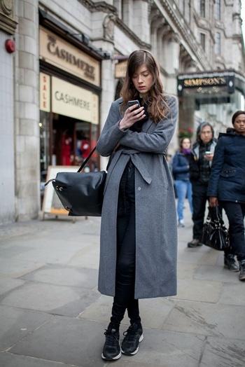 ロングコートを羽織ったエレガントで女らしいスタイルは、あえて足元をスニーカーでカジュアルダウン。ロングヘアなど元々の雰囲気が女性らしい方は、靴や小物、色選びなどでフェミニン度の割合を減らすとクールで洗練された印象に。