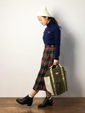 エレガントなタイトのチェックスカートもニット帽とボーイズバッグで、カジュアルなスタイリングに大変身!小物アイテムをプラスすればコーディネートの幅が広がります。