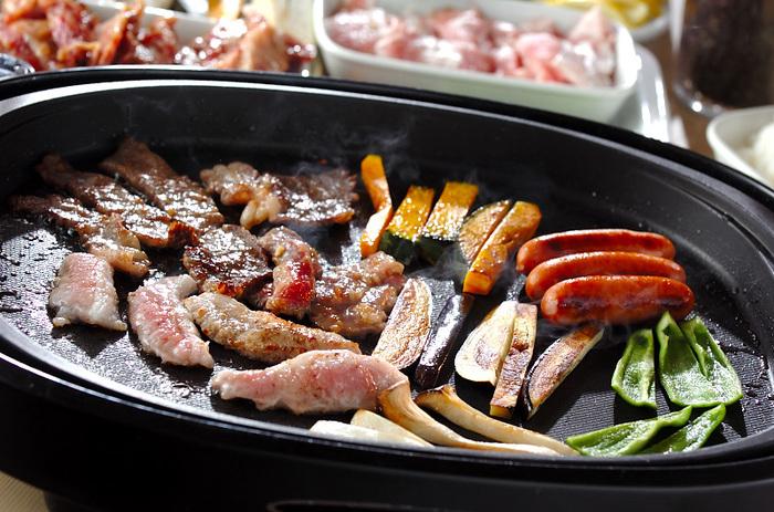 下味をつけた牛カルビ肉と豚トロをホットプレートで焼きながらワイワイ食べましょう。ソーセージやカボチャ、ナス、エリンギ、ピーマンも一緒に焼いて、チシャ菜や焼きのりに巻いて場が盛り上がる賑やかな食卓に。