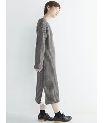 ロング丈のニットワンピースは主役にして一枚でサラリと着こなすのがオススメ。足元のお洒落で個性を出すのもよし、シンプルにまとめるもよし、色々試したいですね。