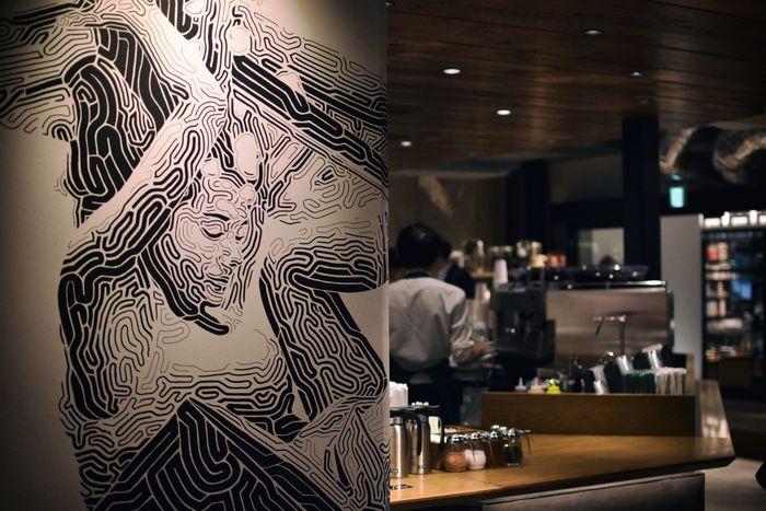 スターバックスの壁面に描かれているのは、スタバのロゴの人魚「セイレン」がモチーフ。これは中目黒在住のアーティストである岩村寛人(いわむら・かんと)さんによって描かれました。スタイリッシュなのに優しい表情にみとれてしまいます。同モチーフの、中目黒店オリジナルのトートバッグの販売もあるのが嬉しいですね。
