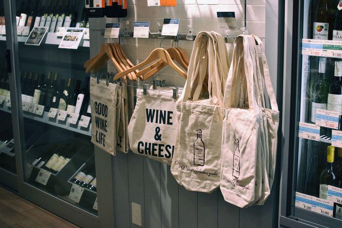 ワインバッグもかわいい!ホームパーティーのお土産に最適です。どのワインにどのチーズが合うのかなどの相談にものってくれるので安心です。