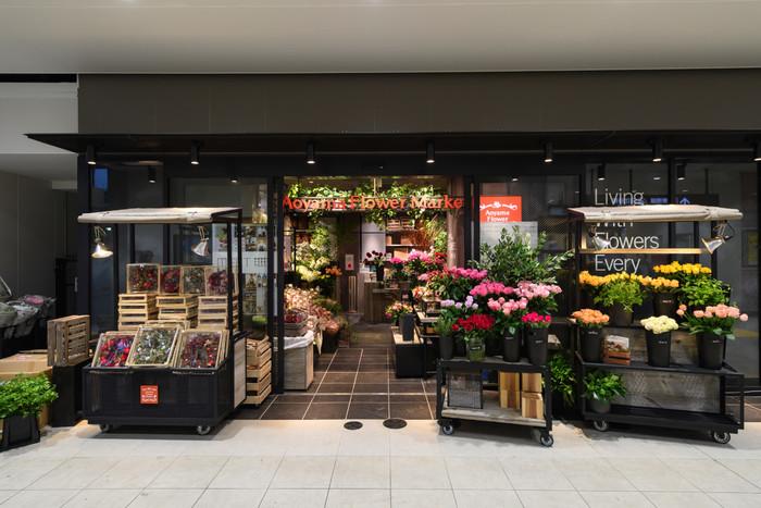 人気のお花屋さん「青山フラワーマーケット」は、南改札から出てすぐ目の前に。
