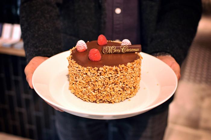 クリスマスケーキの予約は12月1日から!こちらは普通のケーキと一味違う、「アールグレイチョコレート」。ブッシュドノエル型の「キャラメルコーヒーバーボン」もあります。22日~25日は店頭販売もありますが、予約が安心ですね。