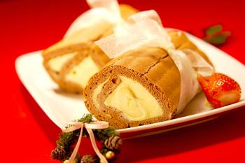 フランス伝統の薪のような形をしたブッシュ・ドゥ・ノエル。こちらは、薄力粉やココアパウダーの生地でカスタードを巻いて作ったオリジナル色の強いケーキです。シンプルなままはもちろん、イチゴなど華やかにトッピングしても◎