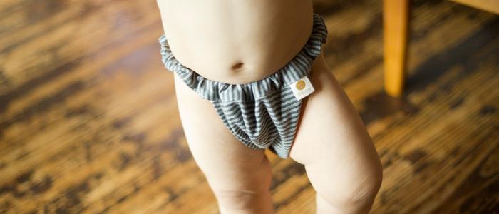「子パンツ フライス 黒ボーダー」 肌の敏感なお子様にもマアルの肌着を着させてあげたいですね。幼児サイズと児童サイズの2サイズ、ウエストゴムで調節可能です。パンツ姿がなんとも愛らしい。