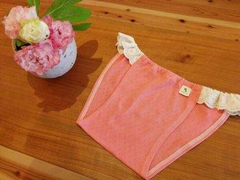「新月ショーツ 珊瑚」 こちらは草木染のピンクバージョン。京都の草木染工場で染められています。発色の良い可愛いピンク色はウキウキ気持ちがアガリそうです。