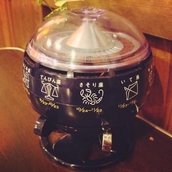 テーブルの上にはコインを入れて星座占いができるレトロな機械も!昭和の喫茶店の必須アイテムでしたが、最近、また人気が出てきたようです。