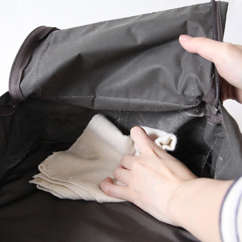 まずは内部のホコリやチリ、細かなゴミのお掃除を。 背中のクッション含め、荷物を全て取り出して丁寧に取り除いてください。 小さなポケットの中まで、抜かりなく。