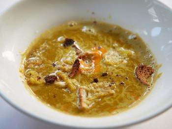 誰もが絶賛する「磯魚のスープ ニース風」は、5~6種類の魚を内臓ごと入れてダシをとっているそう。新鮮な魚を使うからか魚特有の臭みは無く、上品な魚の香りと濃厚な味わいは、感動する美味しさ。