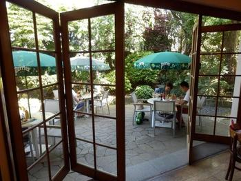 天気の良い日は、中庭でビールとフレンチフライを楽しみたいですね。