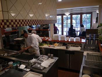 オープンキッチンで作られる絶品ハンバーガー!目の前で調理して、熱々を頬張れるなんて幸せ♪