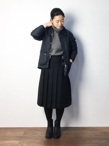同じくイギリスブランド「オニールオブダブリン」の黒のプリーツスカートを合わせたコーデ。暗い色同士でまとめたシンプルな着こなしがかっこいいですね。 キッズサイズ・モデルは、女性がかわいく着れる絶妙なバランスでおすすめです。