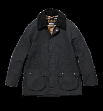 元々は乗馬用に作られた、クラシックジャケットの王道「ビデイル」。こちらの「CLASSIC BEDALE」はラグランスリーブ、サイドベンツやハンドウォーマー、袖口に施されたリブなどの、乗馬用コートのディテールが特徴。やや体にフィットした作りです。機能性にスマートな見栄えを具えたジャケットは、女性からも根強い人気。