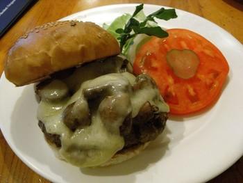 自慢のハンバーガーは、ハンバーグのサイズが112g、149g、225gの3サイズから選べます。こちらは、人気のマッシュルームチーズバーガー♥トロ~リチーズとゴロっとしたマッシュルームがたまりません!