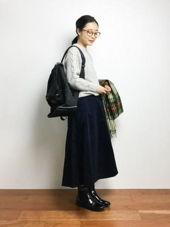 長め丈のスカートでリラックス感のあるレディコーデ。ニットの袖のケーブル編みが柔らかい雰囲気を醸し出しています。チェックのストールでかわいらしさをプラス。