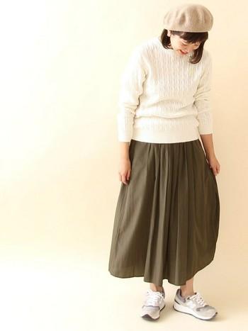 スカートに、スニーカーというコーデにもやっぱりベレー帽がよく似合います。白のケーブルニットで女性らしさがさらにアップしたコーデになります。