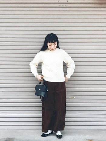 ちょっとレトロな雰囲気の白ケーブルニット×ワイドパンツコーデ。きちんと感のある靴とバッグをプラスすればお出かけにも使えますね。