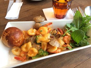 ランチの「あさりとトマトクリームニョッキ」、8種類から選べる前菜2品とドリンクが付きます。
