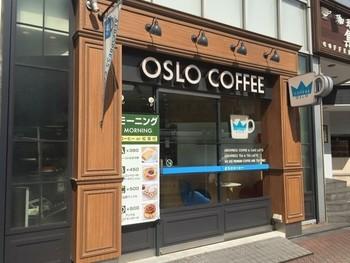 シックでお洒落な外観が目を引く、OSLO COFFEE 五反田駅前店。他に、麻布十番店、白金台店、銀座コア店、横浜ジョイナス店、(名古屋)栄店があります。