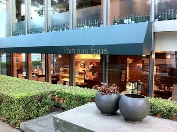オフィスビルの1・2階にあるので、営業時間は8:00~と朝食利用にも便利です。ガラス張りの明るい店内で、買い物が楽しくなりそう。
