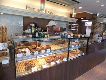 対面式のカウンターでお好みのパンを選びます。「フランス産の小麦粉・天然酵母を使って、毎日朝早くから一生懸命焼いてます」と、お店の前の看板にあり、こだわりを感じますね。