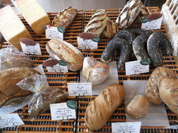 ハード系のパンが美味しいと評判です。種類も豊富で、どれにしようか迷ってしまいますね。