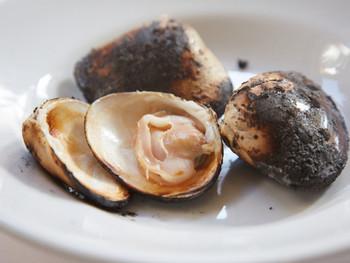 フランスの三ツ星レストランでも修行をつんだシェフが作るフレンチは、お肉は一切使わず、魚介と野菜だけで作られています。素材の味を引き出す調理法は、シンプルで軽やかな印象ですが、他では味わえない奥深さを感じます。こちらの「焼きハマグリ」は、その代表な存在で、リピートする人も多いとか。