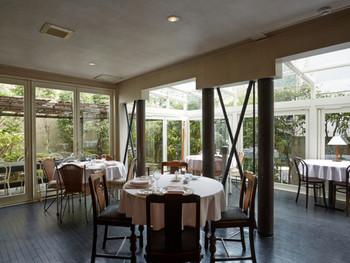 ガラス張りのメインホールは、お庭の緑の木々を身近に感じる開放的な空間。ウエディングに利用されることもあるそうです。