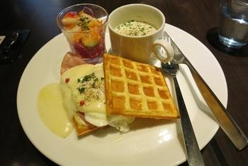 ワッフルサンドやデザートワッフル、ケーキなどのフードメニューも充実しています。こちらは、ハムエッグ&デンマークチーズのワッフルサンド、付け合せはミニスープとマリネ風サラダ。