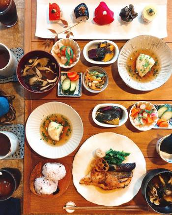 どちらのランチにも小鉢3種とぬかづけ、汁椀がついています。たくさんの種類のお野菜を一度に味わうことができ、体もハッピーになりそうです。
