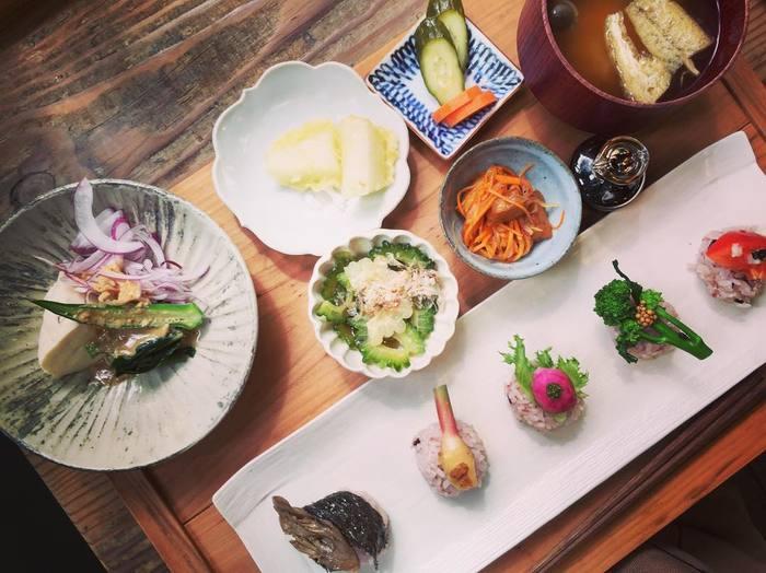 ランチのお食事は2種類あります。こちらは野菜のお寿司が味わえる「にぎり膳」。カラフルなお野菜が目でも楽しめます。