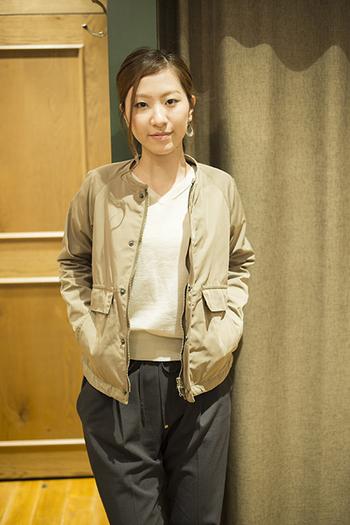 ノーカラーのジャケットは、コンパクトなライダース感覚で着れそう。インナーに白のシンプルニットと黒のワイドパンツを合わせれば、オフィス仕様にも。