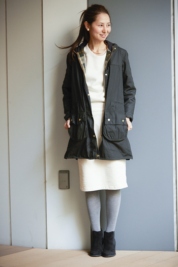 フード付きの丈長ジャケットは、街へのちょっとした買い物にもアウトドアにも使える優れもの。白ワンピースにさらりと羽織れば、綺麗めコーディネートに。