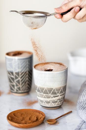 ③ ①を茶こしでこしながら、ティーカップに注ぎます。 ④ 溶かしたチョコを入れて、ゆっくりかき混ぜたら完成です。