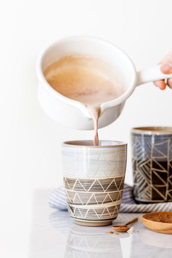 ① クリームを小さな鍋に入れて、そこにカルダモンポッド・ブラックペッパー・クローブ・スターアニス・バニラビーン・ピンチフルールデセル・紅茶を入れて沸騰するまで温めます。沸騰したら、火をとめて蓋をした15分蒸らします。 ② 湯銭でミルクチョコレートを溶かします。