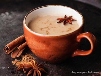 【作り方】 ① ティーバッグ以外の全ての材料を鍋に入れて沸騰させます。沸騰したら蓋をして、時々かき混ぜながら15分煮ます。 ② ティーバッグを加えて、5分程度煮ます。 ※これでチャイの原液の完成です。冷蔵庫で1週間程度保管できます。 ③原液にお好みの量のホットミルクを加えて、ティーカップへ。