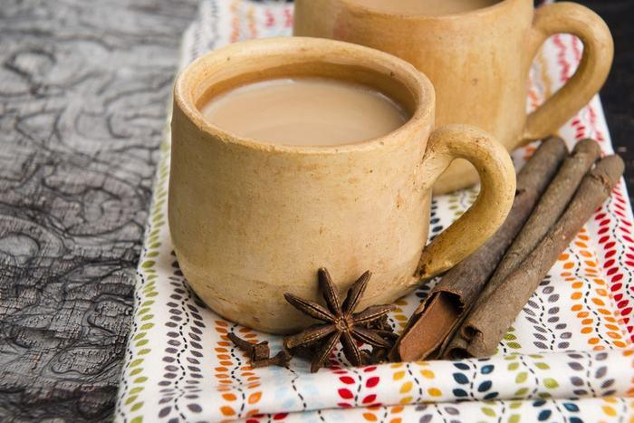 寒い日にカフェの行くと、思わず飲みたくなってしまう「チャイ」。美味しいだけではく、スパイスたっぷりで身体もぽかぽか温まりますよね。