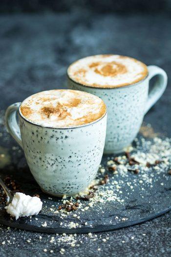 エスニックテイストで、ほっこり落ち着く味のチャイ。おうちではなかなか飲まない、カフェのドリンクというイメージですが、意外と簡単に作ることができそうですよね。  寒い冬は、あなたもおうちでチャイを作って、おいしく温まりませんか?