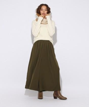 ボリュームのあるロングスカートには、スヌードを主役にしたコーディネートがおすすめ◎ 首元にボリュームがあることで視線が上に行って下半身をすっきりバランスよく見せてくれます。