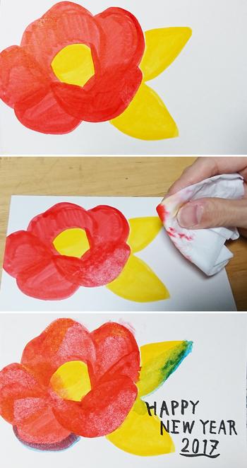 普通に塗っただけだとのっぺりしがちな椿のイラストも、水を染み込ませたティッシュで拭ったり、一部分だけ水や他の色の筆ペンで重ねたりすると華やぎが加わりアクセントになります。