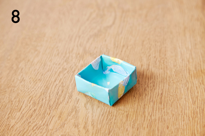 反対側も同じように折り込み、上箱完成です。※下箱は、1センチ小さい正方形の紙で同じように作ります
