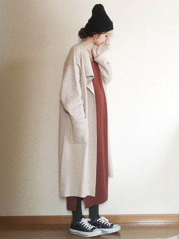 ポイントは羽織りものとインナーの色のバランス。ワンピースならAラインではなくIラインのシルエットのものを選ぶといいですよ。