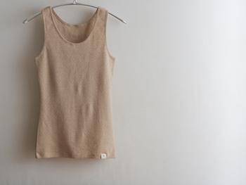 「マアルタンクトップ(パットポケット付き) 茶」 パットポケットにパットを入れて着るとブラジャーなしで過ごすことができます。女性の身体はブラジャーで締め付けられていて、そのことが当たり前になってしまっていることも多いはず。せめて家にいる間は解放してあげませんか?