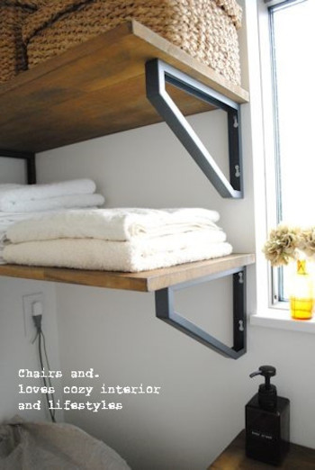 壁に釘やねじを使える方は、こんな手作り棚もおすすめ。棚板を支えているブラケットは「IKEA」のものだそうです。棚板も以前から使っていたものだそうで、風合いがいいですね。