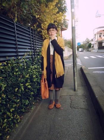 キャメルとからしを組み合わせた秋色コーデ。グレーのタイツが映えますね。