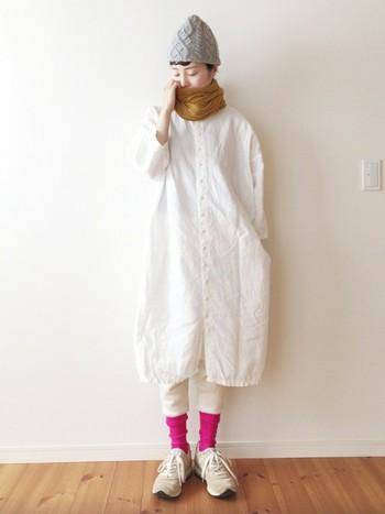 涼しげな印象のある白シャツワンピにからし色のストールをぐるぐる巻いて、ほっこりとあたたかな印象に。