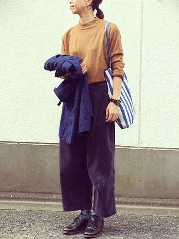 やさしいカラーながらも、大人っぽくまとめてくれるからし色。ブルーと合わせても素敵ですね。