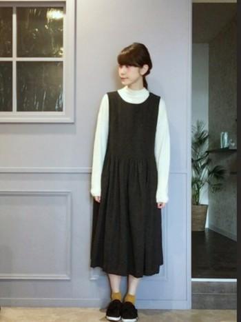 アンティークな雰囲気のジャンパースカートにからし色の靴下をプラス。とってもナチュラルで、かわいらしいコーディネートですね。